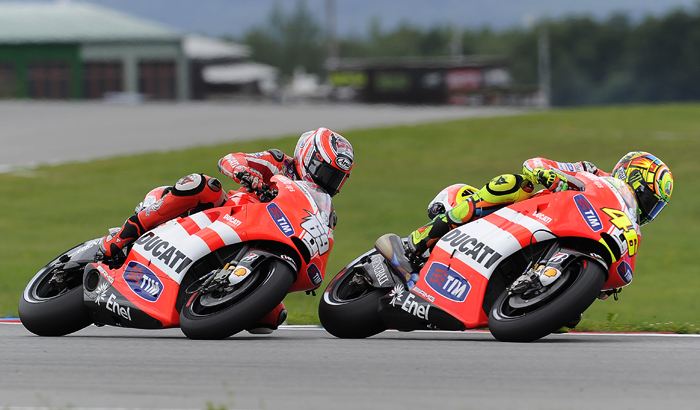 Valentino Rossi, Nicky Hayden, Brno MotoGP action race photo